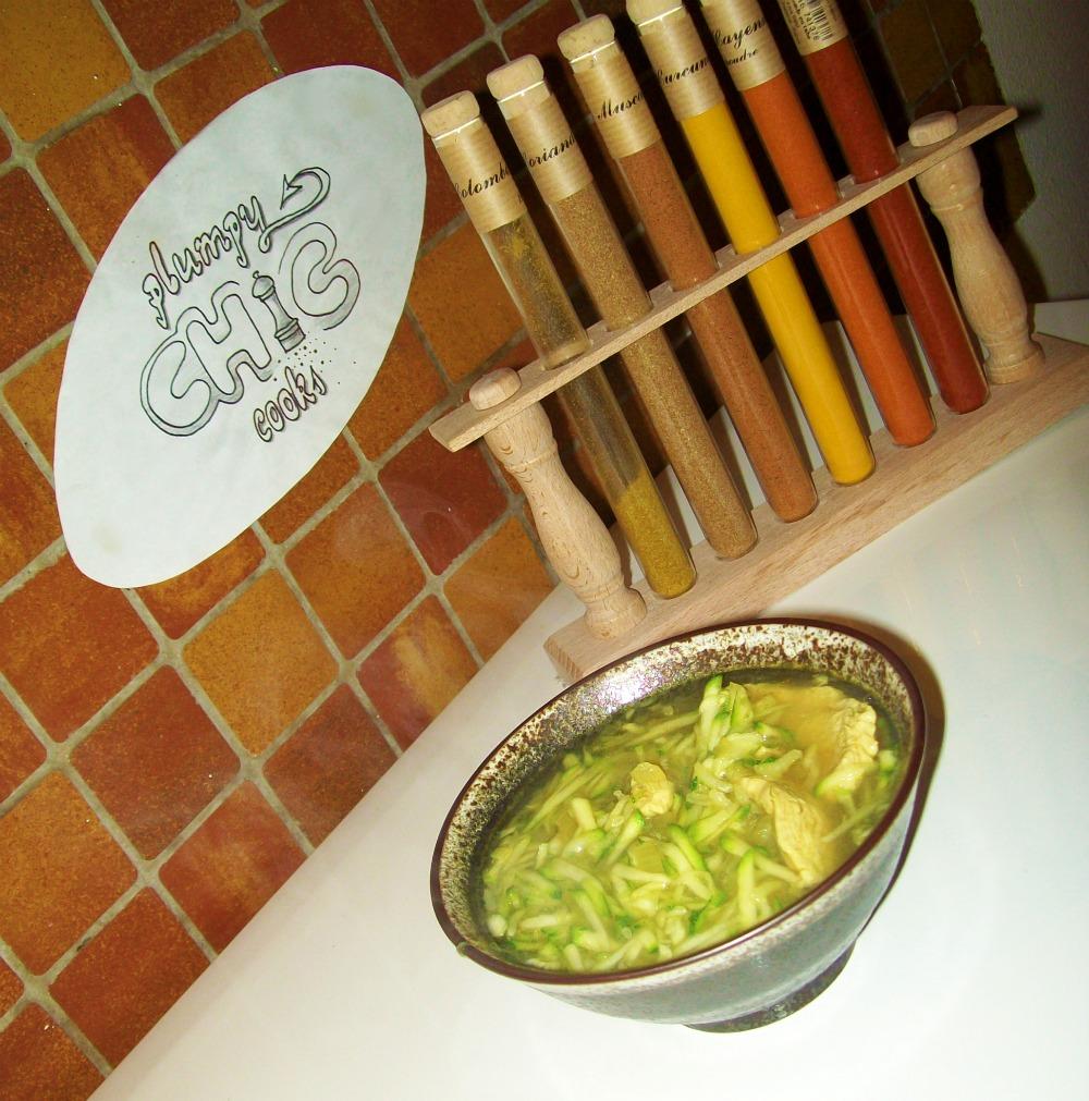 Soupe de poulet au curry et courgettes